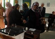 <p>Les Egyptiens ont afflué samedi dans les bureaux de vote pour le référendum sur un projet de Constitution vivement dénoncé par l'opposition, qui accuse les islamistes de vouloir imposer un carcan religieux au pays, près de deux ans après la chute d'Hosni Moubarak. /Photo prise le 15 décembre 2012/REUTERS/Asmaa Waguih</p>