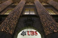 <p>La banque suisse UBS pourrait payer une amende de 1,5 milliard de francs suisses (environ 1,63 milliard de dollars) pour mettre fin aux poursuites engagées à son encontre dans le cadre de l'enquête sur la manipulation du Libor, selon le quotidien suisse Tages-Anzeiger. /Photo prise le 4 décembre 2012/REUTERS/Arnd Wiegmann</p>