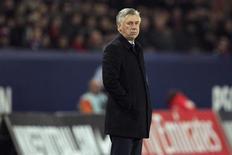 <p>Carlo Ancelotti, l'entraîneur du Paris Saint-Germain, s'est montré plutôt confiant samedi, à la veille du choc de la 18e journée de Ligue 1 qui doit opposer son équipe à Lyon, actuel leader du championnat de France. /Photo prise le 8 décembre 2012/REUTERS/Gonzalo Fuentes</p>