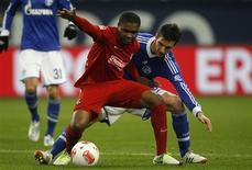 <p>Christoph Moritz, de Schalke 04 (à droite), à la lutte avec Cedrick Makiadi, de Fribourg. Le club de Gelsenkirchen s'est incliné sur sa pelouse samedi, dominé 3-1 par son adversaire du jour. /Photo prise le 15 décembre 2012/REUTERS/Ina Fassbender</p>