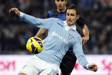 <p>La Lazio est revenue samedi à cinq points de la Juventus de Turin, leader du championnat italien, après une victoire 1-0 devant l'Inter Milan obtenue sur un but de l'international allemand Miroslav Klose (premier plan). /Photo prise le 15 décembre 2012/REUTERS/Giampiero Sposito</p>