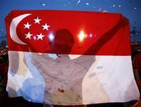 <p>Drapeau de Singapour. L'Union européenne et Singapour ont conclu dimanche un accord de libre-échange qui pourrait entre autres permettre une ouverture accrue du marché singapourien des services financiers et faciliter les exportations automobiles européennes. /Photo d'archives/REUTERS/Vivek Prakash</p>