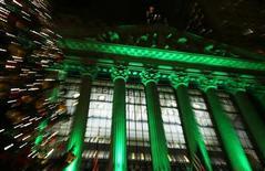 """<p>Les deux dernières semaines de décembre sont généralement calmes à Wall Street. Mais cette année, les professionnels de la finance devront garder leur téléphone à portée de main pendant leurs congés au cas où l'issue des discussions sur le """"mur budgétaire"""" viendrait réveiller brutalement les marchés. /Photo prise le 11 décembre 2012/REUTERS/Carlo Allegri</p>"""