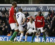 <p>Un but du Belge Jan Vertonghen (au centre) en fin de match a suffi à Tottenham pour battre Swansea 1-0 dimanche et prendre la quatrième place de la Premier League anglaise. /Photo prise le 16 décembre 2012/REUTERS/Stefan Wermuth</p>