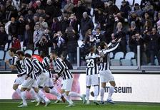 <p>Le Turinois Mirko Vucinic (à droite), salue les supporters de la Juve après son but contre l'Atalanta dimanche à Turin. La Juventus Turin a accru dimanche son avance en tête du championnat italien avec une facile victoire 3-0 sur l'Atalanta Bergame. /Photo prise le 16 décembre 2012/REUTERS/Giorgio Perottino</p>