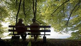 <p>La France doit repousser au moins à 63 ans l'âge minimum de départ en retraite afin de financer les pensions, a estimé dimanche sur BFM TV la présidente du Medef Laurence Parisot. /Photo d'archives/REUTERS/Miro Kuzmanovic</p>