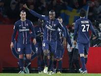 <p>Un but de Blaise Matuidi (au centre) en toute fin de première période a permis au Paris Saint-Germain de battre Lyon (1-0) au Parc des Princes dimanche pour prendre du même coup la tête de la Ligue 1 au terme de la 18e journée. /Photo prise le 16 décembre 2012/REUTERS/Benoît Tessier</p>