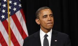 """<p>A Newton, dans le Connecticut, Barack Obama s'est engagé dimanche à ouvrir une réflexion sur les moyens d'éviter de nouvelles tueries, jugeant que l'Amérique ne faisait """"pas assez"""" pour protéger ses enfants, au cours d'une cérémonie oecuménique empreinte d'émotion et de gravité. La fusillade, survenue vendredi dans une école primaire, a fait 26 morts. /Photo prise le 16 décembre 2012/REUTERS/Kevin Lamarque</p>"""