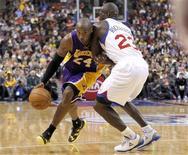 <p>Les Los Angeles Lakers, portés par Kobe Bryant (24), ont remporté dimanche un deuxième succès consécutif en NBA, ce qui ne leur était plus arrivé depuis quasiment un mois, en s'imposant 111-98 sur le parquet des Sixers de Philadelphie. /Photo prise le 16 décembre 2012/REUTERS/Tim Shaffer</p>