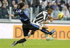 <p>Lucio (à droite) de la Juventus Turin à la lutte avec Ivan Radovanovic de l'Atalanta Bergame. Le club turinois a accru dimanche son avance en tête du championnat italien avec une facile victoire 3-0 sur l'Atalanta. /Photo prise le 16 décembre 2012/REUTERS/Giorgio Perottino</p>