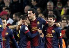 <p>Les joueurs du FC Barcelone ont encore creusé l'écart dimanche en tête de la Liga avec une victoire 4-1 sur l'Atletico Madrid, désormais relégué à neuf points. /Photo prise le 16 décembre 2012/REUTERS/Gustau Nacarino</p>