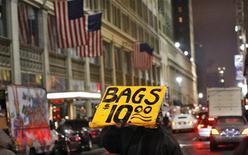 <p>A New York. L'économie américaine va continuer de croître à un rythme modéré, à 2,1% en 2013 contre 2,2% prévu en 2012, en raison d'une baisse de la consommation intérieure et des investissements, selon une enquête de l'association NABE publiée lundi. /Photo prise le 12 janvier 2012/REUTERS/Eduardo Munoz</p>