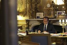 """<p>Au lendemain d'élections législatives partielles qui se sont soldées à gauche par la perte d'un député, une dizaine d'élus socialistes demandent à François Hollande de remettre """"l'agenda économique et social"""" en tête de ses priorités. /Photo prise le 17 décembre 2012/REUTERS/Philippe Wojazer</p>"""