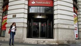 <p>La banque espagnole Santander va racheter le solde du capital de sa filiale Banesto et fermera 700 agences à l'issue de cette absorption. /Photo prise le 25 octobre 2012/REUTERS/Sergio Perez</p>
