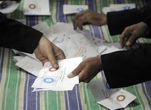 <p>Décompte des bulletins après la première journée de référendum sur la Constitution égyptienne, à Zagazig, au nord-est du Caire. Le président Mohamed Morsi semble assuré de l'adoption d'une nouvelle Constitution clairement islamiste pour l'Egypte. Mais la faible marge de cette victoire prévisible pourrait encourager l'opposition en vue des prochaines élections législatives. /Photo prise le 15 décembre 2012/REUTERS</p>