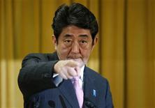 <p>Galvanisé par une ample victoire aux élections législatives de dimanche, le futur Premier ministre japonais Shinzo Abe a encore augmenté la pression sur la banque centrale. /Photo prise le 17 décembre 2012/REUTERS/Toru Hanai</p>