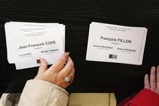 <p>Bulletins de vote lors de l'élection pour la présidence de l'UMP, à Meaux. Un mois après le début de la crise à l'UMP, Jean-François Copé et François Fillon semblaient proches d'un accord lundi sur les termes d'un nouveau vote en septembre 2013 pour la présidence du principal parti d'opposition français. /Photo prise le 18 novembre 2012/REUTERS/Benoît Tessier</p>