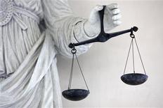 <p>Le procès en révision de Marc Machin, condamné à 18 ans de réclusion en 2001 pour le meurtre d'une femme, s'est ouvert lundi à la cour d'assises de Paris sur fond de débat sur l'erreur judiciaire. /Photo d'archives/REUTERS/Stephane Mahé</p>