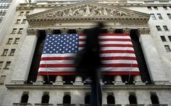 """<p>Wall Street a ouvert la première séance de la semaine en hausse lundi, reflétant l'espoir des investisseurs de voir la question du """"mur budgétaire"""" bientôt résolue, après les négociations qui ont eu lieu ce week-end entre Barack Obama et John Boehner. L'indice Dow Jones gagnait 0,29% à l'ouverture. Le Standard & Poor's 500 progressait de 0,3% et le Nasdaq Composite prenait 0,1% à 2.974,20 points. /Photo d'archives/REUTERS/Brendan McDermid</p>"""