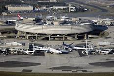 <p>Le Terminal 2 de l'aéroport Roissy-Charles de Gaulle. Le trafic passagers d'Aéroports de Paris (ADP) a atteint en novembre un niveau record de 6,6 millions de passagers. /Photo d'archives/REUTERS/Veronique Paul/ADP</p>