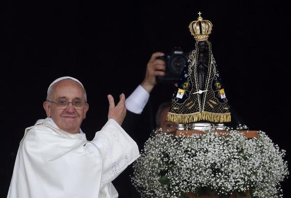 Pope Francis shows the statue of the Madonna of Aparecida, who Catholics venerate as the patroness of Brazil, in Aparecida do Norte, Sao Paulo State, July 24, 2013. REUTERS-Stefano Rellandini