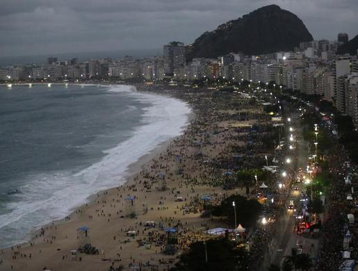 People gather at Copacabana beach where Pope Francis will return for a Via Crucis at night in Rio de Janeiro, July 26, 2013.  REUTERS-Sergio Moraes
