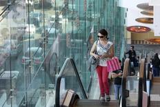 La confiance du consommateur s'est détériorée en février aux Etats-Unis en raison notamment d'une baisse de l'optimisme des ménages américains sur leurs perspectives, selon une enquête du Conference Board. /Photo d'archives/REUTERS/David McNew