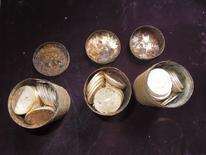 Un couple d'Américains qui promenait son chien a découvert 1.400 pièces d'or d'une valeur totale de plus de dix millions de dollars (sept millions d'euros), dans huit boîtes de métal enterrées dans leur propriété californienne. /Photo prise le 25 février 2014/REUTERS/Kagin's, Inc