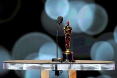"""La récompense la plus prisée à Hollywood, une statuette dorée de 34 centimètres de haut, peut parfois terminer dans des lieux bien loin du faste de La Mecque du cinéma. Emma Thompson a ainsi rangé ses deux Oscars dans les toilettes de sa demeure londonienne, l'Oscar de Cate Blanchett pour """"Aviator"""" est exposé dans un musée du cinéma à Melbourne, tandis que ceux de George Clooney sont dans son bureau. /Photo d'archives/REUTERS/Phil McCarten"""
