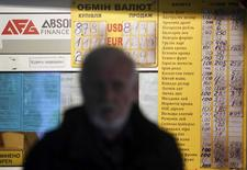 Bureau de change à Kiev. La monnaie ukrainienne, la hryvnia, a chuté mercredi à un nouveau plus bas historique renforçant le risque d'un défaut de Kiev sur sa dette, en particulier sur un emprunt de 3 milliards de dollars souscrit par la Russie en décembre. /Photo prise le 7 février 2014/REUTERS/Gleb Garanich