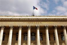Les principales Bourses européennes ont ouvert en hausse vendredi, soutenues par des anticipations d'une nouvelle baisse de l'inflation en zone euro qui pourrait inciter la Banque centrale européenne à assouplir encore sa politique monétaire. À Paris, l'indice CAC 40 gagnait 0,12% vers 9h40. /Photo d'archives/REUTERS/Charles Platiau