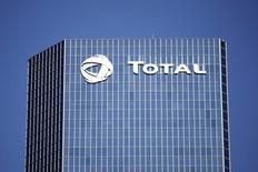 Total discute de la vente de sa participation de 10% dans le projet de développement du gisement de gaz naturel Shah Deniz II en Azerbaïdjan, selon des sources industrielles. /Photo d'archives/REUTERS/Charles Platiau