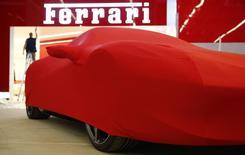 Ferrari a choisi d'équiper d'un moteur turbo son nouveau modèle, la California T, une première en plus de 20 ans qui illustre les efforts des constructeurs de voitures de luxe pour se plier aux nouvelles règles d'émissions polluantes sans sacrifier la performance. /Photo d'archives/REUTERS/Kai Pfaffenbach