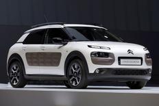 La nouvelle C4 Cactus, qui préfigure le renouvellement de la marque Citroën, sera commercialisée à partir de 14.000 euros environ, soit 4.000 euros de moins que la C4 classique, annonce mardi le directeur général de Citroën, précisant que ce modèle n'est absolument pas dans le low cost. /Photo prise le 5 février 2014/REUTERS/Charles Platiau