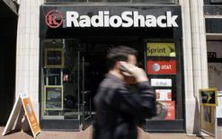 RadioShack, le distributeur américain de produits électroniques, va fermer jusqu'à 1.100 magasins aux Etats-Unis après une nouvelle forte baisse de ses ventes pendant la période des fêtes. /Photo d'archives/REUTERS/Robert Galbraith