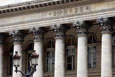 Les Bourses européennes ont clôturé en forte hausse mardi après les propos tenus par le président russe Vladimir Poutine et interprétés comme des signes d'apaisement des tensions en Ukraine qui, lundi, avaient provoqué une chute des marchés d'actions. A Paris, l'indice CAC 40 a récupéré l'essentiel des 2,66% perdus lundi et clôturé en hausse de 2,45% à 4.395,90 points. /Photo d'archives/REUTERS/Charles Platiau