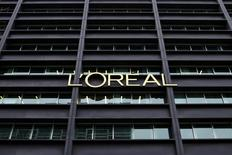 L'Oréal entend combler son retard en Afrique sub-saharienne, où il fait figure de challenger derrière Unilever, en accélérant sa croissance grâce à un nouvel outil de production en Afrique de l'Ouest. Le numéro un mondial des cosmétiques réalise un chiffre d'affaires encore modeste dans cette partie du monde, d'environ 200 millions d'euros, sur un marché évalué à 2,7 milliards d'euros et qui croît à un rythme deux fois plus rapide que celui (3,5% à 4%) du marché mondial des cosmétiques. /Photo prise le 11 février 2014/ REUTERS/Benoît Tessier