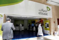 Etisalat pense pouvoir boucler le rachat des 53% de Vivendi dans Maroc Telecom d'ici la fin du mois de mai, un calendrier qui ne semble pas totalement coïncider avec celui évoqué récemment par le groupe français de médias et de télécommunications. /Photo d'archives/REUTERS/Jumana ElHeloueh