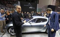 L'administrateur délégué de Fiat Chrysler Automobiles Sergio Marchionne (à gauche) pense que la production de carrosseries pour son nouveau 4x4 (SUV) Maserati débutera en 2015 dans son usine italienne de Mirafiori. /Photo prise le 4 mars 2014/REUTERS/Arnd Wiegmann