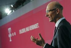 Le président du directoire de Deutsche Telekom, Tim Hoettges. L'opérateur télécoms allemand a douché jeudi les espoirs d'une augmentation de son dividende d'ici 2015 en renonçant à son objectif de génération de trésorerie. /Photo prise le 6 mars 2014/REUTERS/Wolfgang Rattay
