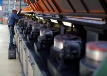 Le gouvernement américain a fortement revu en baisse jeudi le chiffre de la productivité non-agricole aux Etats-Unis pour le quatrième trimestre, ce qui reflète le ralentissement de la croissance économique à la fin de l'an dernier. Le département du Travail a ramené à 1,8% - au lieu de 3,2% annoncés en première estimation - la hausse de la productivité sur la période allant d'octobre à décembre. /Photo d'archives/REUTERS/Tomas Bravo