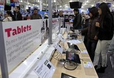 Le marché mondial des tablettes va continuer de progresser cette année mais à un rythme nettement moins rapide qu'en 2013, les propriétaires de tels appareils s'en montrant satisfaits et n'ayant pas envie d'en changer, selon le cabinet d'études IDC. /Photo d'archives/REUTERS/Adam Hunger