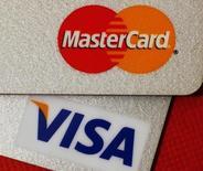 Visa et MasterCard ont lancé un vaste groupe de travail sur la sécurité des transactions par carte, en appelant les commerçants et les banques à respecter l'échéance de 2015 pour la généralisation des cartes à puce, encore peu répandues aux Etats-Unis. /Photo d'archives/REUTERS/Bobby Yip