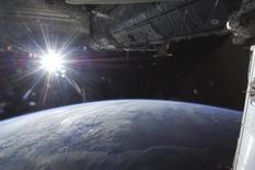 """Des scientifiques australiens travaillent sur un projet de destruction des débris spatiaux à l'aide de rayons laser depuis la Terre susceptible de réduire le nombre croissant d'objets en orbite qui menacent de heurter des satellites et d'entraîner une """"avalanche de collisions"""". /Photo prise le 21 mai 2013/REUTERS/NASA"""