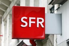 """Altice a dit mardi que son offre en vue d'un rapprochement entre sa filiale Numericable et SFR restait valable jusqu'à vendredi. Le rapprochement donnerait lieu au paiement à Vivendi de 10,9 milliards d'euros en numéraire, assorti de 32% du capital du nouvel ensemble Numericable-SF"""", dit-elle. Dans la bataille pour le contrôle de SFR, Bouygues propose de son côté à Vivendi 10,5 milliards d'euros en numéraire et une participation de 46% dans l'ensemble constitué de Bouygues Telecom et SFR, qui serait ensuite introduit en Bourse. /Photo d'archives/ REUTERS/Charles Platiau"""