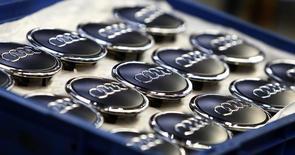 Audi, la filiale haut de gamme de Volkswagen, anticipe une nouvelle baisse de son résultat opérationnel cette année, le coût du développement à l'international, du lancement du nouveaux modèles et de l'adoption de nouvelles technologies devant peser sur les comptes.  /Photo d'archives/REUTERS/Michaela Rehle