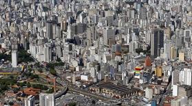 Vue du centre-ville de Sao Paulo. L'année 2014 occupe tous les esprits au Brésil avec la Coupe du monde de football dans trois mois et une élection présidentielle en octobre mais l'horizon 2015 s'annonce bien moins réjouissant avec des réajustements douloureux en vue pour la première puissance économique d'Amérique latine. /Photo prise le 28 novembre 2013/REUTERS/Paulo Whitaker