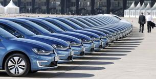 .Volkswagen a annoncé jeudi prévoir de vendre plus de 10 millions de véhicules dans le monde cette année, objectif qu'il atteindrait ainsi avec quatre ans d'avance sur ses projections initiales. Le groupe allemand a augmenté ses ventes de 4,7% sur les deux premiers mois de l'année à 1,47 million, hors MAN et Scania, ses filiales de poids-lourds. /Photo prise le 13 mars 2014/REUTERS/Tobias Schwarz