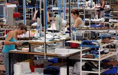 Des économistes débattent du ciblage le plus pertinent de la future baisse du coût du travail pour trouver la mesure la plus efficace pour l'emploi et la compétitivité des entreprises. /Photo d'archives/REUTERS/Régis Duvignau