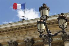La Bourse de Paris est orientée à la baisse à la mi-séance. L'indice CAC 40 cède de 0,92% à 12h40, l'aversion au risque gagnant du terrain alors que les tensions internationales montent autour de l'Ukraine et que le ralentissement chinois inquiète sérieusement les investisseurs. /Photo d'archives/REUTERS/Charles Platiau